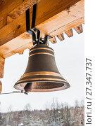 Купить «Новый церковный колокол в колокольне деревянной церкви Святого Великомученика и Целителя Пантелеимона в Обнинске», фото № 27347737, снято 6 января 2013 г. (c) Алёшина Оксана / Фотобанк Лори