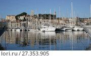 Купить «Old Port of Cannes is one of most famous stops of Riviera», видеоролик № 27353905, снято 20 декабря 2017 г. (c) Яков Филимонов / Фотобанк Лори