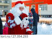 Купить «Дед Мороз работает с микрофоном», фото № 27354293, снято 5 января 2018 г. (c) Иван Карпов / Фотобанк Лори