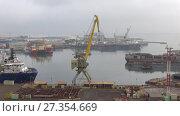 Купить «Туманное январское утро в грузовом порту. Баку, Азербайджан», видеоролик № 27354669, снято 4 января 2018 г. (c) Виктор Карасев / Фотобанк Лори
