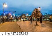 Купить «Лужков мост вечером», эксклюзивное фото № 27355693, снято 4 января 2018 г. (c) Виктор Тараканов / Фотобанк Лори