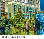 Купить «Новогодние дни на Охотном Ряду в Москве», эксклюзивное фото № 27355705, снято 2 января 2018 г. (c) Виктор Тараканов / Фотобанк Лори