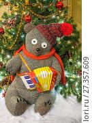 Купить «Игрушечный медвежонок с аккордеоном у новогодней елки», фото № 27357609, снято 5 января 2018 г. (c) Владимир Сергеев / Фотобанк Лори