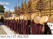 Купить «Row of monks with their fan lining up for alms and donations, Shwezigon Pagoda, Bagan, Myanmar, Asia.», фото № 27362925, снято 14 ноября 2016 г. (c) age Fotostock / Фотобанк Лори
