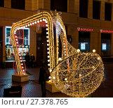 Купить «Инсталляции на улице Арбат в новогодние праздники. Вечерняя Москва», фото № 27378765, снято 7 января 2018 г. (c) E. O. / Фотобанк Лори