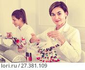 Купить «Female manicurist showing lacquer color schemes», фото № 27381109, снято 2 февраля 2017 г. (c) Яков Филимонов / Фотобанк Лори