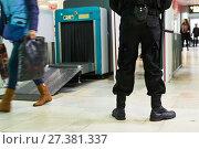 Купить «security guard near airoport x-ray scanner», фото № 27381337, снято 11 октября 2017 г. (c) Дмитрий Калиновский / Фотобанк Лори