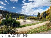 Купить «Городской парк осенью. Берег озера Милльштеттер (Millstätter See). Коммуна Милльштатт (Millstatt), Каринтия, Австрия», фото № 27381869, снято 8 октября 2017 г. (c) Bala-Kate / Фотобанк Лори