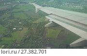 Купить «View from the plane to wing of the plane and cumulus clouds over Bagkok stock footage video», видеоролик № 27382701, снято 13 сентября 2017 г. (c) Юлия Машкова / Фотобанк Лори