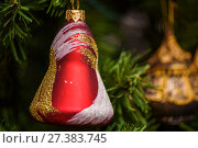 Новогодний колокольчик висит на ветке ёлки крупным планом. Стоковое фото, фотограф Игорь Низов / Фотобанк Лори