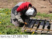 Купить «Welder greenhouse makes outdoors», фото № 27385765, снято 24 мая 2014 г. (c) Евгений Ткачёв / Фотобанк Лори