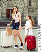 Купить «mom with girl travelling in Barcelona», фото № 27387805, снято 17 августа 2017 г. (c) Яков Филимонов / Фотобанк Лори