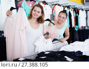 Купить «Customers looking for new garments», фото № 27388105, снято 19 июня 2017 г. (c) Яков Филимонов / Фотобанк Лори