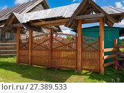 Купить «Резные деревянные ворота и калитка», фото № 27389533, снято 6 августа 2017 г. (c) Pukhov K / Фотобанк Лори