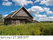 Купить «Старый разрушающийся деревенский дом», фото № 27389577, снято 6 августа 2017 г. (c) Pukhov K / Фотобанк Лори