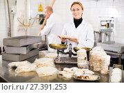 Купить «Worker standing near table in manufacture», фото № 27391253, снято 22 апреля 2017 г. (c) Яков Филимонов / Фотобанк Лори