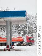 Купить «Слив топлива с автомобильной цистерны на АЗС в зимнее время года», фото № 27391785, снято 10 января 2018 г. (c) Кекяляйнен Андрей / Фотобанк Лори