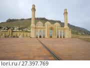Купить «Вид на шиитская мечеть Биби-Эйбат облачным январским утром. Баку, Азербайджан», фото № 27397769, снято 4 января 2018 г. (c) Виктор Карасев / Фотобанк Лори