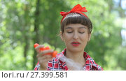 Купить «Красивая девушка надувает мыльные пузыри», видеоролик № 27399581, снято 23 июня 2017 г. (c) Алексей Кокорин / Фотобанк Лори