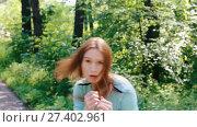 Купить «Молодая девушка отрабатывает удары руками», видеоролик № 27402961, снято 17 сентября 2017 г. (c) Алексей Кокорин / Фотобанк Лори