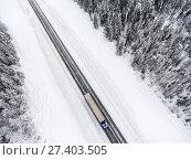 Купить «Грузовой автомобиль на зимней трассе, вид сверху», фото № 27403505, снято 10 января 2018 г. (c) Кекяляйнен Андрей / Фотобанк Лори