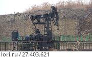 Купить «Нефтяная качалка крупным планом пасмурным январским днем. Баку, Азербайджан», видеоролик № 27403621, снято 4 января 2018 г. (c) Виктор Карасев / Фотобанк Лори
