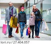 Купить «couple with kids on city street», фото № 27404057, снято 23 февраля 2019 г. (c) Яков Филимонов / Фотобанк Лори