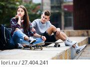 Купить «Phubbing: teenager ignore her friend», фото № 27404241, снято 25 марта 2019 г. (c) Яков Филимонов / Фотобанк Лори