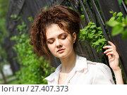Купить «Эмоциональная молодая девушка в белой рубашке», фото № 27407373, снято 24 мая 2015 г. (c) Момотюк Сергей / Фотобанк Лори