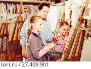 Купить «teacher giving workshop session during painting class», фото № 27409901, снято 10 декабря 2018 г. (c) Яков Филимонов / Фотобанк Лори