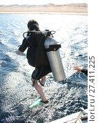 Ныряльщик с аквалангом прыгает в воду. Стоковое фото, фотограф Скалдина Мария / Фотобанк Лори