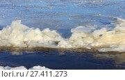 Купить «Из за сильного течения ледостав задерживается. Волга. Январь 2018», видеоролик № 27411273, снято 19 января 2018 г. (c) Александр Романов / Фотобанк Лори
