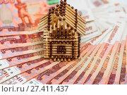Купить «Спичечный макет дома стоит на Российских деньгах», эксклюзивное фото № 27411437, снято 15 января 2018 г. (c) Игорь Низов / Фотобанк Лори