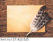 Купить «Перья с бумагой на старом столе», фото № 27423525, снято 21 января 2019 г. (c) Икан Леонид / Фотобанк Лори