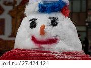 Купить «Снеговик с копной волос в виде российского триколора стоит на заснеженной улице в городе Москве, Россия», фото № 27424121, снято 20 января 2018 г. (c) Николай Винокуров / Фотобанк Лори