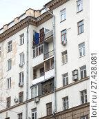 Купить «Десяти-четырнадцатиэтажный десятиподъездный кирпичный жилой дом, построен в 1955 году. Улица Госпитальный Вал, 5, корпус 18. Басманный район. Город Москва», эксклюзивное фото № 27428081, снято 20 декабря 2017 г. (c) lana1501 / Фотобанк Лори