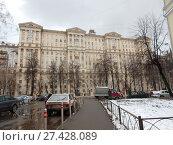 Купить «Десяти-четырнадцатиэтажный десятиподъездный кирпичный жилой дом, построен в 1955 году. Улица Госпитальный Вал, 5, корпус 18. Басманный район. Город Москва», эксклюзивное фото № 27428089, снято 20 декабря 2017 г. (c) lana1501 / Фотобанк Лори