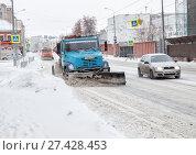 Купить «Cars clean snow on the street», фото № 27428453, снято 7 января 2018 г. (c) Юлия Бабкина / Фотобанк Лори
