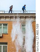 Купить «Рабочие коммунальных служб сбрасывают снег с крыши», фото № 27460169, снято 22 января 2013 г. (c) Юрий Кирсанов / Фотобанк Лори