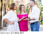 Young women are talking with stranger man who was meet. Стоковое фото, фотограф Яков Филимонов / Фотобанк Лори