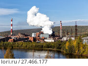 Губахинский металлургический завод. Экологическая проблема загрязнения окружающей среды. Выброс дыма из доменной печи. Стоковое фото, фотограф Евгений Ткачёв / Фотобанк Лори
