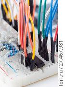 Купить «Беспаечная макетная плата, доска для прототипирования с проводами», фото № 27467981, снято 12 декабря 2017 г. (c) Алексей Букреев / Фотобанк Лори