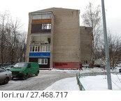Купить «Пятиэтажный двухподъездный кирпичный жилой дом серии II-34, построен в 1967 году. Щёлковское шоссе, 57, корпус 3. Район Гольяново. Москва», эксклюзивное фото № 27468717, снято 22 января 2018 г. (c) lana1501 / Фотобанк Лори
