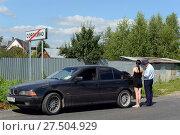 Купить «Инспектор дорожно-патрульной службы полиции проверяет документы водителя автомобиля», фото № 27504929, снято 12 августа 2017 г. (c) Free Wind / Фотобанк Лори