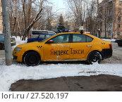 """Купить «Желтый автомобиль """"Яндекс-такси"""" на стоянке во дворе жилых домов. Район Северное Измайлово. Город Москва», эксклюзивное фото № 27520197, снято 23 января 2018 г. (c) lana1501 / Фотобанк Лори"""