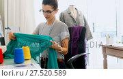Купить «Female designer using sewing machine 4k», видеоролик № 27520589, снято 16 января 2019 г. (c) Wavebreak Media / Фотобанк Лори