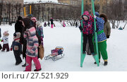Купить «Ребенок пробует ходить на ходулях во время празднования Масленицы. Санкт-Петербург», видеоролик № 27521929, снято 24 января 2018 г. (c) Кекяляйнен Андрей / Фотобанк Лори