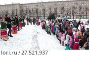 Купить «Праздничное выступление на уличной площади во время празднования Масленицы. Санкт-Петербург», видеоролик № 27521937, снято 24 января 2018 г. (c) Кекяляйнен Андрей / Фотобанк Лори