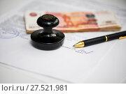 Купить «Работа с документами. Подпись под документом. Шариковая ручка, российские деньги и печать организации лежат на деловых бумагах», эксклюзивное фото № 27521981, снято 29 января 2018 г. (c) Игорь Низов / Фотобанк Лори