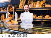 Купить «Smiling male pastry maker demonstrating pastry», фото № 27535285, снято 26 января 2017 г. (c) Яков Филимонов / Фотобанк Лори